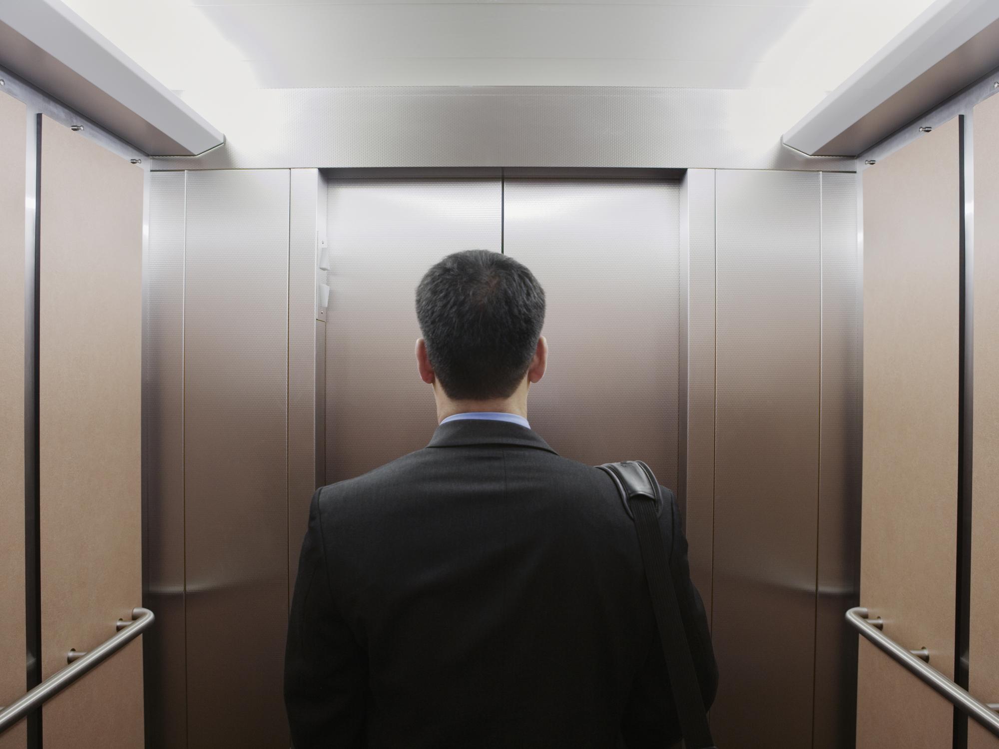 Трахнули зрелую в лифте, Трахнул зрелую в лифте Поебушки. Ком 25 фотография
